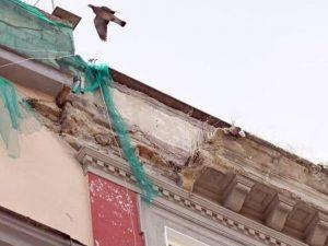 Il cornicione crollato in via Duomo (Foto: Antonio Pariante)