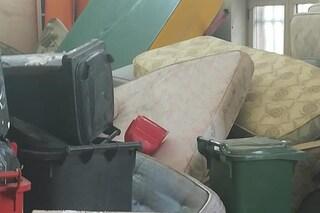 Televisori, materassi, pneumatici: una discarica abusiva nello scantinato della scuola