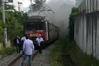 Incendio su un treno della Circum, passeggeri scappano a piedi sui binari