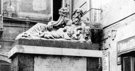 La statua del dio Nilo in una fotografia degli anni Cinquanta.