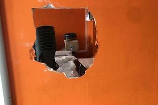 Furto nella scuola, i ladri sfondano il muro e rubano i computer dell'aula multimediale