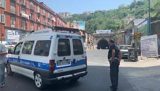 Cadono calcinacci in Galleria Laziale: aperta solo corsia d'emergenza, traffico in tilt