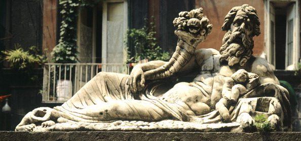 La statua del dio Nilo senza la testa della Sfinge, trafugata negli anni Cinquanta.