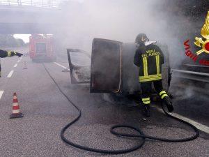 L'intervento dei vigili del fuoco per spegnere le fiamme.