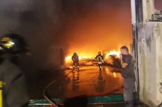 Fiamme in un capannone di stoccaggio rifiuti, case evacuate e indagini per incendio doloso
