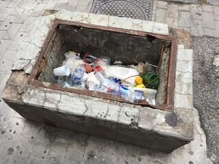 Napoli, lungomare plastic free, che fregatura: ci sono rifiuti inquinanti ovunque