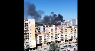 Scampia, roghi tossici dal campo rom: cittadini barricati in casa