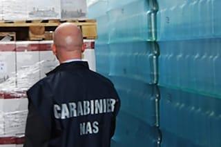 Trova un pezzo di plastica nella bottiglietta d'acqua: sequestrati 2.500 pezzi