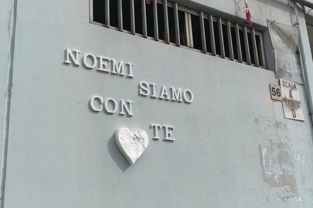 Messaggi sotto casa della nonna di Noemi / foto Fanpage.it
