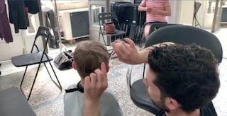 A Napoli venti parrucchieri tagliano i capelli gratis ai senzatetto