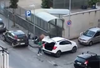 Getta la spazzatura in strada, il sindaco pubblica il video su Facebook