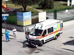 L'ambulanza e lo scooter coinvolti nell'incidente di via Garcia Lorca a Succivo, a due passi dal Parco Jumanji.