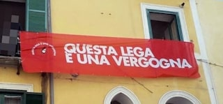 Striscione contro Salvini rimosso a Salerno: uomo denuncia la Digos