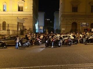 Prof suicida dopo accuse di molestie a Napoli: gli alunni in veglia fuori il liceo Vico