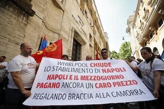 """Whirlpool, il ministro Patuanelli lascia l'incontro con l'azienda: """"Non vendete sede di Napoli"""""""