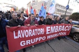 Napoli, Whirlpool chiude: prima notte di presidio per gli operai a rischio licenziamento