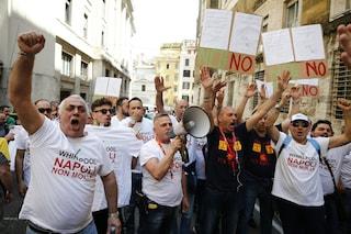 Chiusura Whirlpool Napoli, continua la protesta: gli operai bloccano via Argine