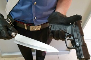Molesta una ragazza al pub, viene respinto e torna con pistola e coltello