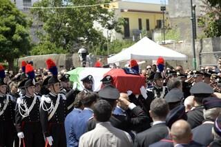 """Funerali Cerciello Rega, la vedova di Mario legge una poesia sull'""""essere moglie di un carabiniere"""""""