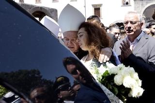 Funerali carabiniere, la moglie dall'altare ripete la promessa di matrimonio