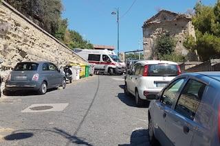 Sosta selvaggia alla Gaiola e l'ambulanza non può soccorrere un bambino