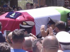 L'arrivo del feretro del vicebrigadiere Mario Cerciello Rega, avvolto nel Tricolore.