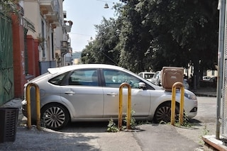 Parcheggia davanti allo scivolo disabili, per vendetta gli piazzano un bidone sull'auto