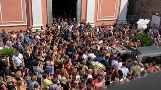 Folla e commozione ai funerali di Ginevra, la bimba uccisa a soli 17 mesi