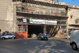 """""""Parlateci di Bibbiano"""", striscione sul tunnel a Napoli di Fratelli d'Italia contro il Pd"""