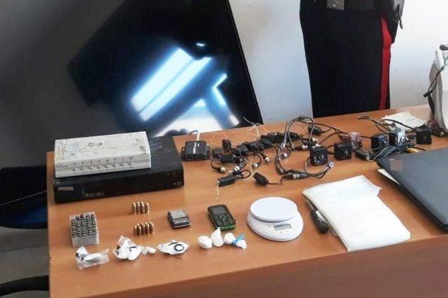 La droga e i proiettili sequestrati dai carabinieri