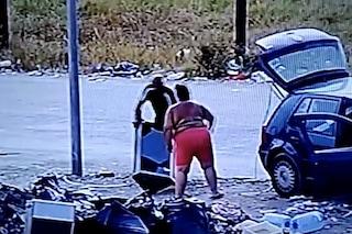 Castel Volturno, la telecamera dei cittadini riprende chi butta in rifiuti in strada