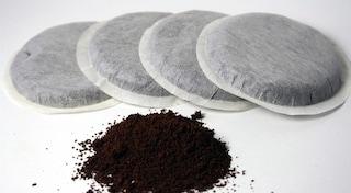 Napoli, maxi sequestro di cialde di caffè e bustine di zucchero pronte per la vendita