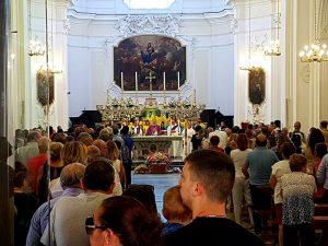 La Chiesa di San Giacomo Apostolo di Calvizzano piena per i funerali di Ulderico Esposito. [Foto Fanpage.it]