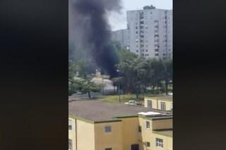 Nube di fumo nero su Scampia, a fuoco camion dei rifiuti