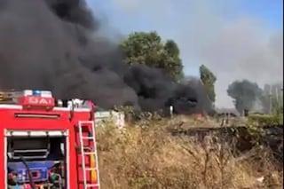 Incendia rifiuti tra Giugliano e Villaricca, fumo nero e puzzolente: un arresto