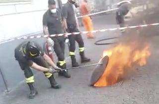 Fuoco ai cavi telefonici al Vomero, fiamme dai tombini: internet non funziona in molte zone