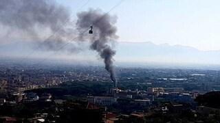 Incendio al Parco delle Terme di Stabia: nuvola di fumo nero su Castellammare