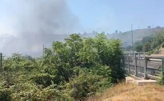 Incendio tra Fuorigrotta e Monte Sant'Angelo, il fumo a ridosso dell'ospedale San Paolo