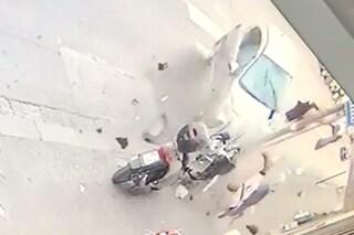Auto contro scooter, passeggeri sbalzati in aria, motorino spezzato in due: il video