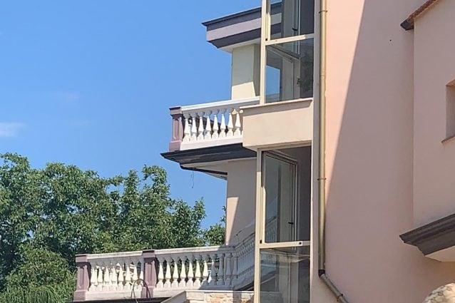 San Gennaro Vesuviano: il balcone da cui è stata gettata la piccola / FOTO FANPAGE.it
