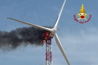 Pala eolica va a fuoco, i pezzi incandescenti incendiano i campi sottostanti