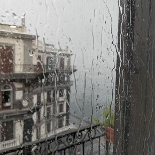 Violenta pioggia a Napoli, in pochi minuti caduti decine di fulmini