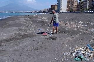 La storia di Andrea che pulisce la spiaggia di Castellammare dall'immondizia