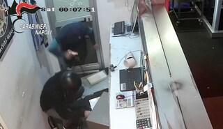 Rapinarono una sala scommesse a Quarto sparando a un uomo: preso l'autista della banda