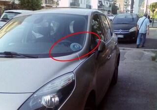Parcheggia l'auto sul marciapiede e sul cruscotto espone il tagliando della Regione Campania