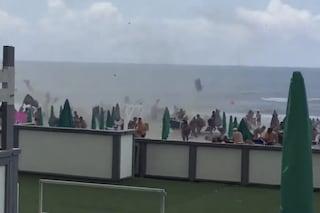 Tromba d'aria tra Licola e Varcaturo: ferite 15 persone. Il video del tornado in spiaggia