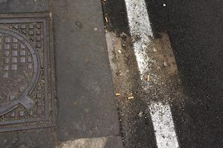 Via Imbriani, lavori sbagliati: asfaltati anche i tombini, rischio allagamenti