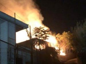 Una delle immagini dell'incendio scoppiato nella notte a Bacoli, nel Napoletano. (Foto @Josi Gerardo Della Ragione)