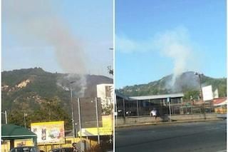 Napoli, incendio sulla collina dei Camaldoli: brucia la vegetazione, in azione gli elicotteri