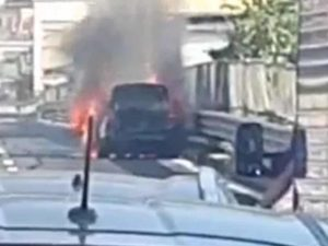 Automobile in fiamme sull'Autostrada A3 Napoli–Salerno – Foto Amalfi Notizie